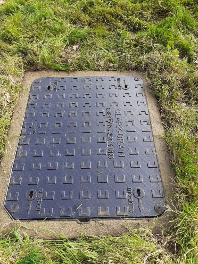 Heavy duty manhole cover